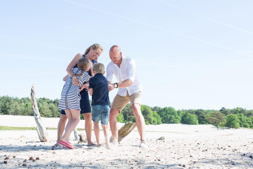 gezinsfotografie soesterduinen spontane fotografie amersfoort laura elkhuizen fotografie natuurlijk en ontspannen