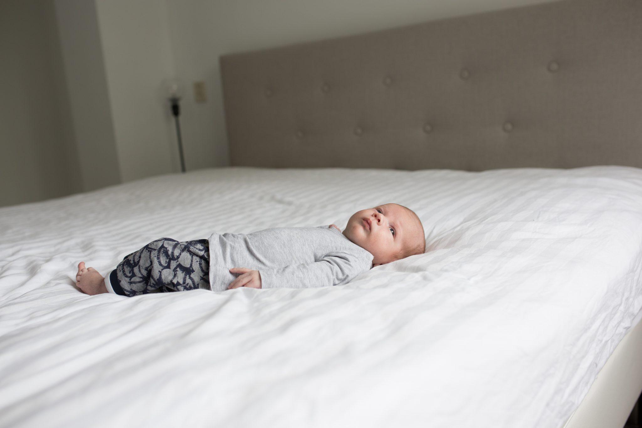 lifestyle newborn shoot babyshoot aan huis amersfoort newborn fotografie laura elkhuizen fotografie